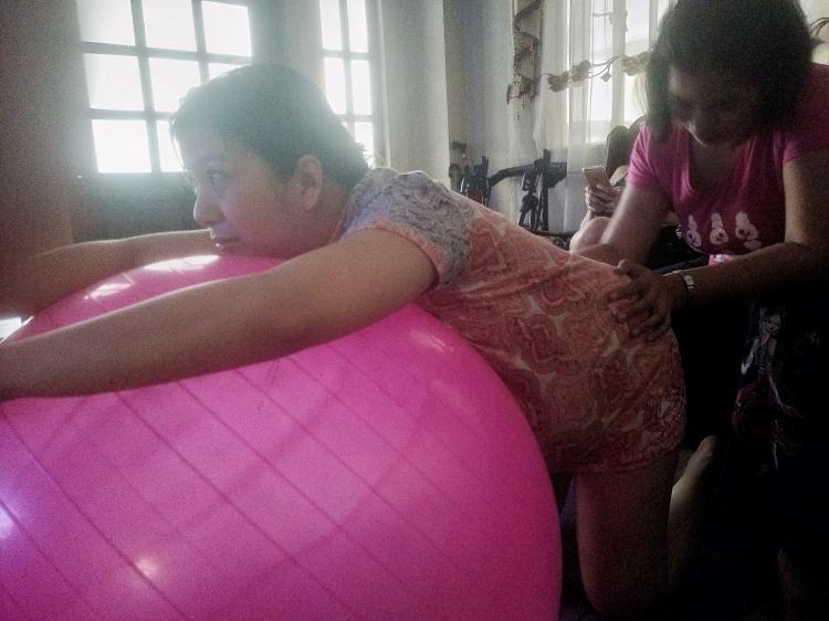Via melahirkan normal di rumah dibantu oleh Doula dan bidan.